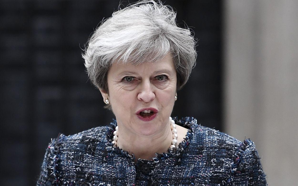 Afbeelding van Theresa May blijft aan als premier ondanks nederlaag