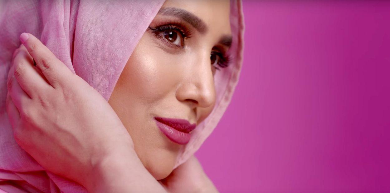 Afbeelding van Britse moslima stopt als gezicht van L'Oréal-campagne na kritische tweets over Israël
